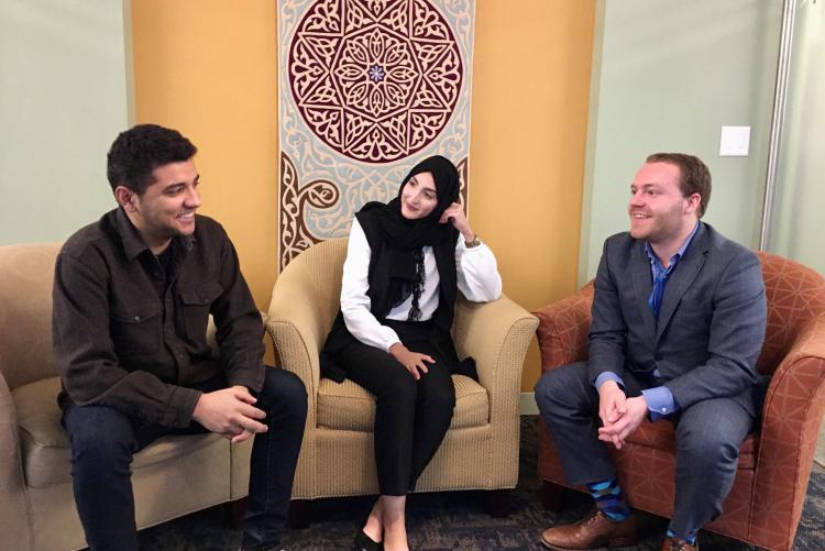 خريجو أمديست محمد، وبشرى، وأليكس يناقشون أهمية التبادل التعليمي الدولي في حياتهم خلال الحلقة الدراسية الخاصة عبر الإنترنت في أسبوع التعليم الدولي 2019.